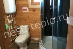 Ванная комната в загородном доме из бруса